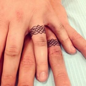 Татуха обручальных колец на пальцах парня и девушки
