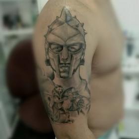Татуировка гладиатора на плече мужчины