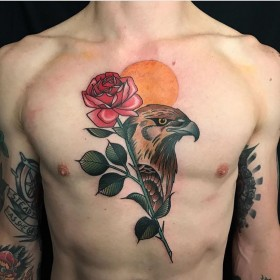 Татуировка ястреба с розой на груди парня