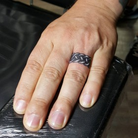 Татуировка кольца на безымянном пальце мужчины