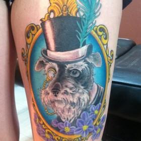 Татуировка на бедрах девушки - собака