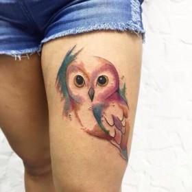 Татуировка на бедре у девушки - филин