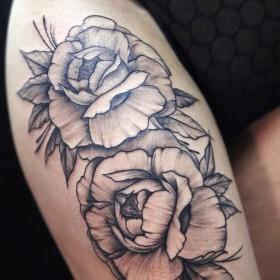 Роза на бедре у девушки значение