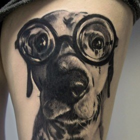 Татуировка на бедре у девушки - собака