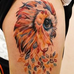 Татуировка на бедре у девушки - сова
