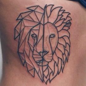 Татуировка на боку у девушки - лев