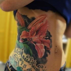 Татуировка на боку у девушки - лилия