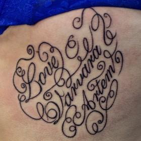Татуировка на боку у девушки - надпись на английском
