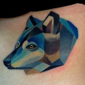 Татуировка на боку у девушки - волк
