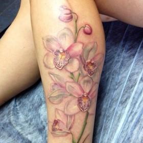 Татуировка на голени у девушки - лилии