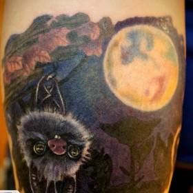 Татуировка на голени у парня - летучая мышь