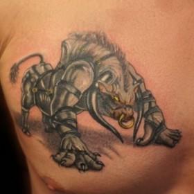 Татуировка на груди парня - бык