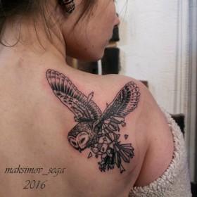 Татуировка на лопатке у девушки - филин