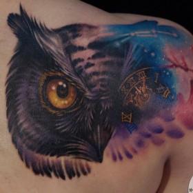Татуировка на лопатке у девушки - сова и часы