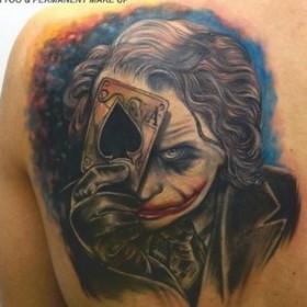 Татуировка на лопатке у парня - Джокер