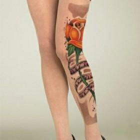 Татуировка на ногах у девушки в виде колготок с розой