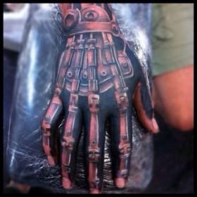 Татуировка на пальцах парня в стиле биомеханика