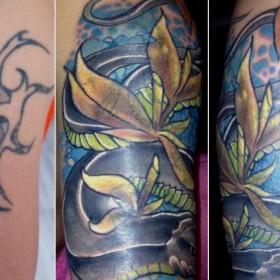 Татуировка на плече у парня - змея