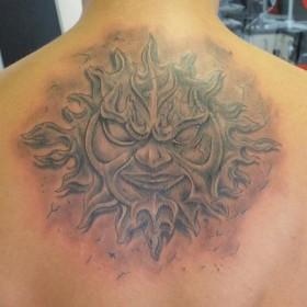 Татуировка на позвоночнике у парня - солнце
