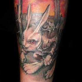 Татуировка на предплечье парня - заяц