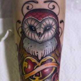Татуировка на предплечье у девушки - филин