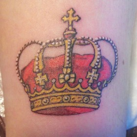 Татуировка на предплечье у девушки - корона