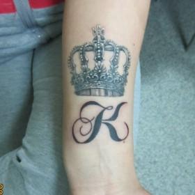 Татуировка на предплечье у девушки - корона К