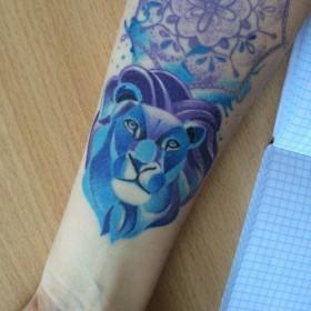 Татуировка на предплечье у девушки - лев