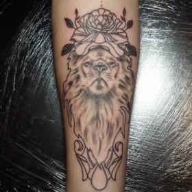 Татуировка на предплечье у девушки - лев и роза