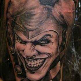 Татуировка на предплечье у парня - джокер