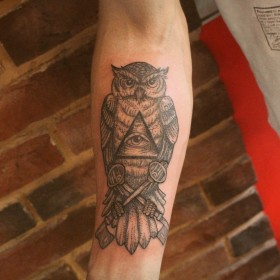 Татуировка на предплечье у парня - филин