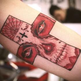 Татуировка на предплечье у парня - крест