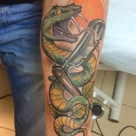 Татуировка на предплечье у парня - змея