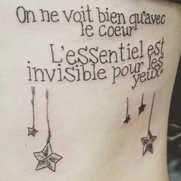 Татуировка на ребрах девушки - надпись на английском
