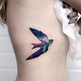 Фото девушек с татуировкой ласточки