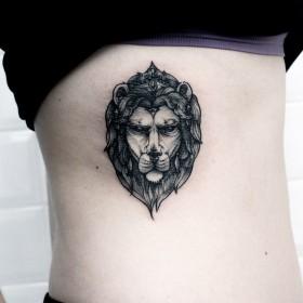 Татуировка на ребрах у девушки - лев
