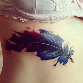 Татуировка на ребрах у девушки - перо
