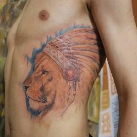 Татуировка на ребрах у парня - лев