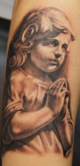 Татуировка на руке девушки - ангел