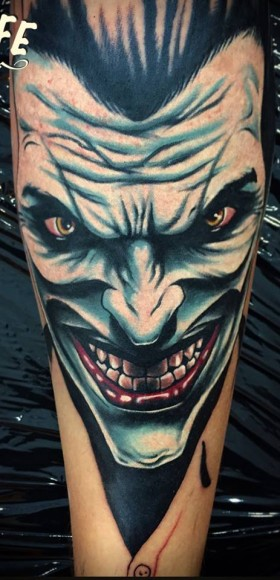 Татуировка на руке парня - джокер