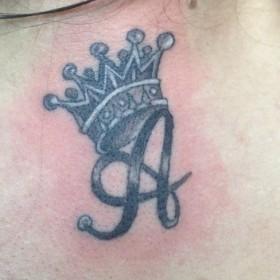 Татуировка на спине у девушки - корона