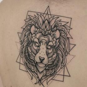 Татуировка на спине у девушки - лев