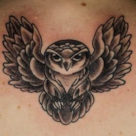 Татуировка на спине у девушки - сова