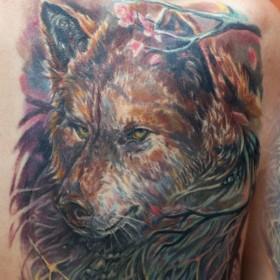 Татуировка на спине у девушки - волк и ловец снов