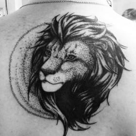 Татуировка на спине у парня - лев