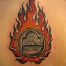 Татуировка на спине у парня - знак зодиака Весы