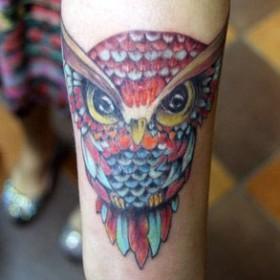 Татуировка на запястье девушки - сова