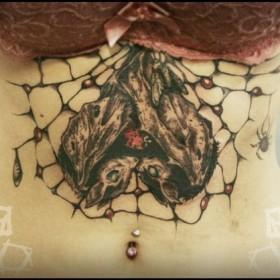 Татуировка на животе у девушки - летучие мыши и паутина
