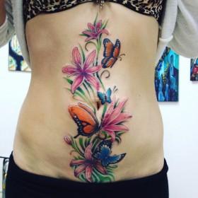 Татуировка на животе у девушки - лилии и бабочки