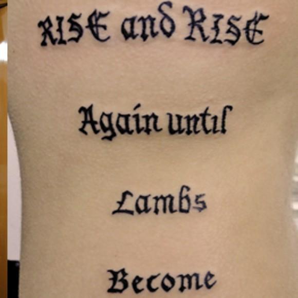 Татуировка - надпись на латни на боку девушки